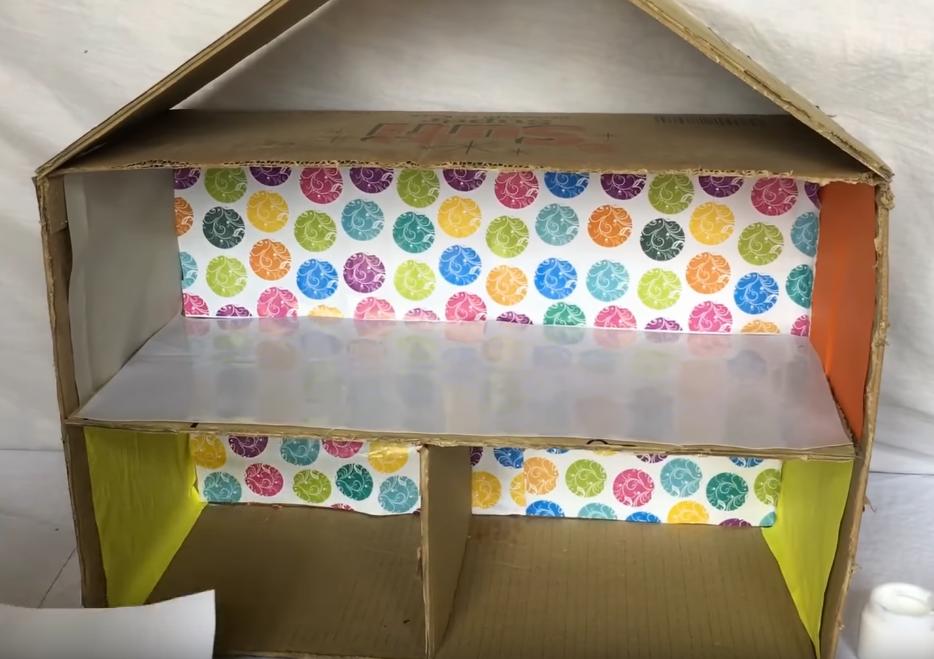 Tapeta a barevné papíry na stěnách